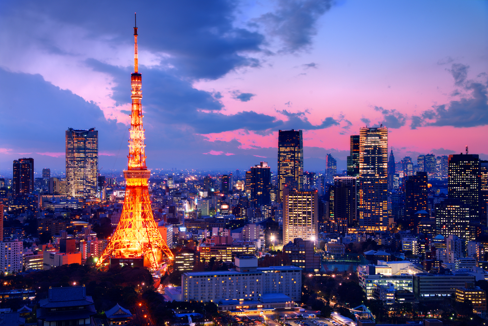 Tokoyo, Japan in the evening with the Tokoyo tower light up