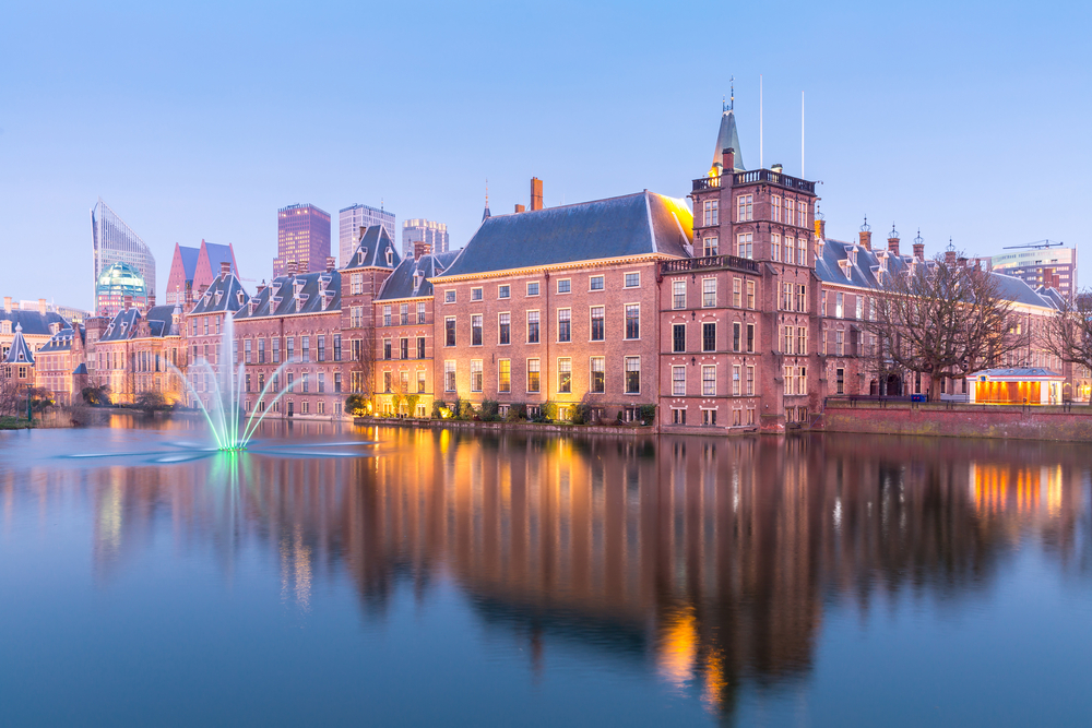 Binnenhof Palace and other buildings in Netherlands at dusk.