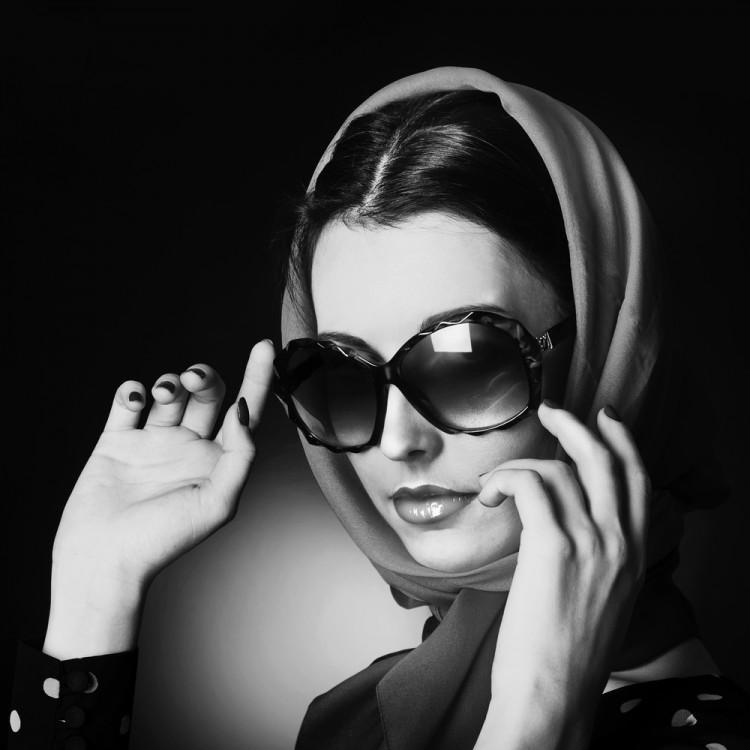 Woman wearing large sunglasses.