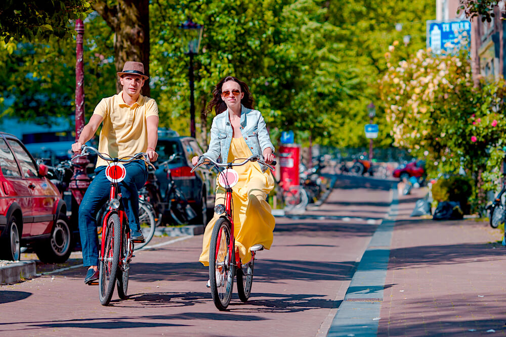 couple cycling in amsterdam